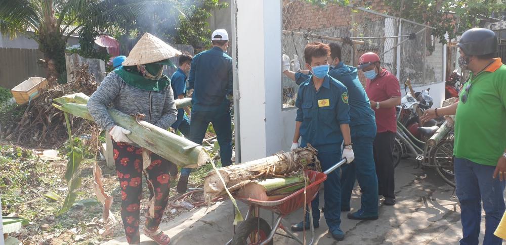 Một bãi rác ở phường An Phú đang được dọn dẹp để chuẩn bị trồng rau.