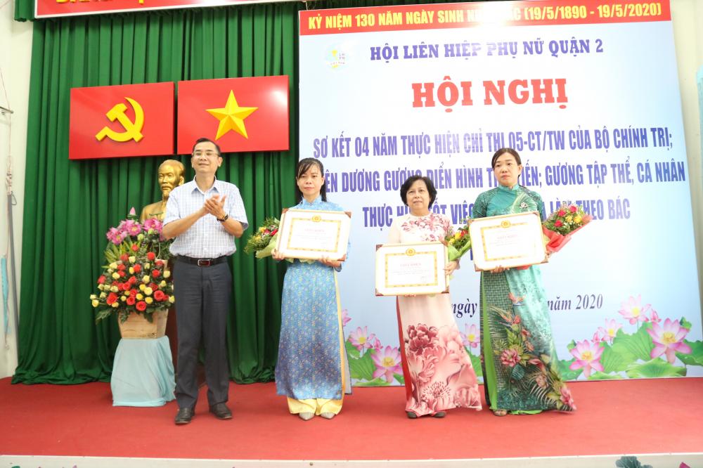 Tại hội nghị, ông Võ Văn Việt - Phó trưởng ban Tuyên giáo Quận ủy quận 2 - tro giấy khen của Ban thường vụ Quận ủy cho tập thể Hội LHPN quận 2 và hai cá nhân có thành tích xuất sắc trong việc thực hiện chỉ thị 05-CT/TW.