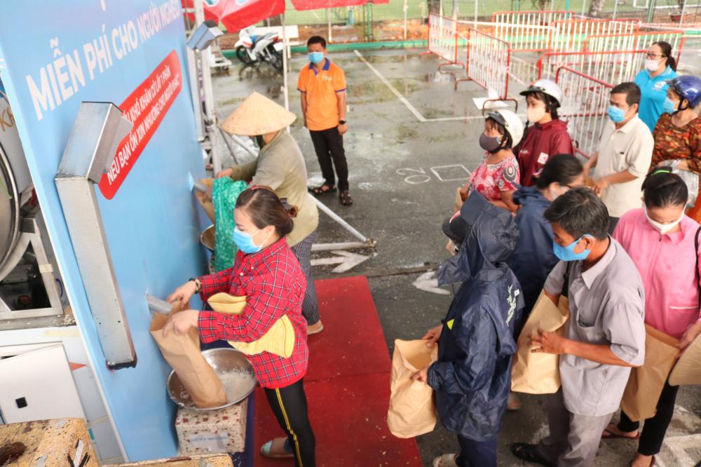Người dân đến nhận gạo tại máy ATM ngày 19/5.