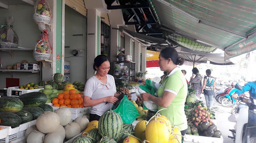 Phụ nữ phường Thảo Điền đẩy ạnh tuyên truyền, vận động và hướng dẫn tiểu thương phân loia5 rác tại nguồn, hạn chế sử dụng túi ni lông thông thường thay bằng túi tự hủy.