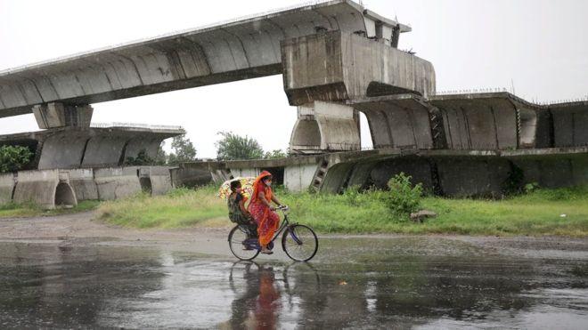 Người dân ởKolkata tranh thủ lúc trời đứng gió để tìm nơi trú ẩn.