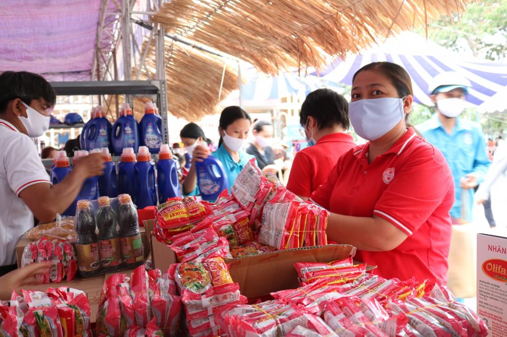 Rau củ quả, mì gói và các loại gia vị được chuẩn bị dành tặng người dân khi đến lãnh gạo.