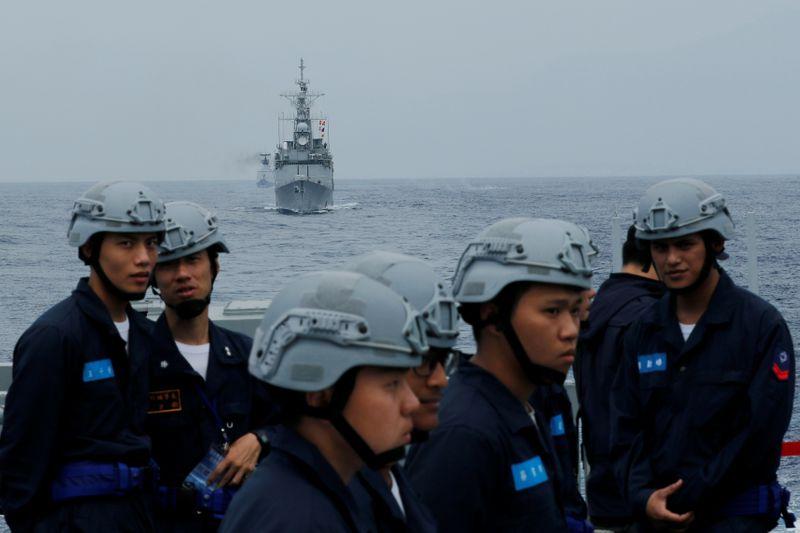 Tàu khu trục tên lửa Cơ Long của Đài Loan DDG-1801 (giữa) và các tàu hải quân tham gia tập trận quân sự gần thành phố Hoa Liên ngày 22/5/2019 - Ảnh: Reuters