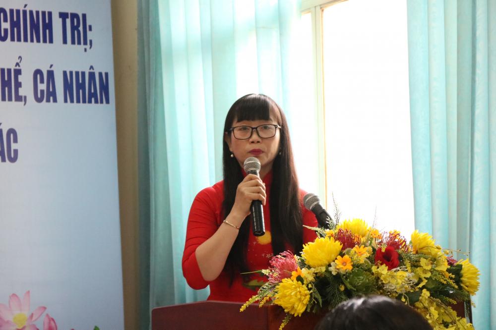 Bà Trần Thị Phương Thảo - Phó chủ tịch Hội LHPN quận 2 - báo cáo kết quả 4 năm thực hiện chỉ thị 05-CT/TW.