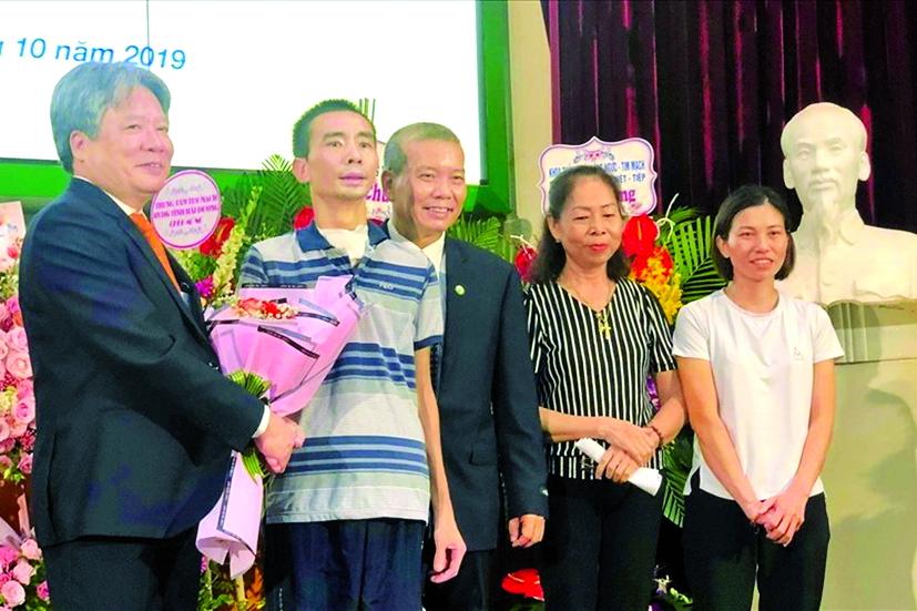 Giáo sư - tiến sĩ Trần Bình Giang và phó giáo sư - tiến sĩ Nguyễn Hữu Ước chúc mừng người bệnh được ghép phổi xuất viện