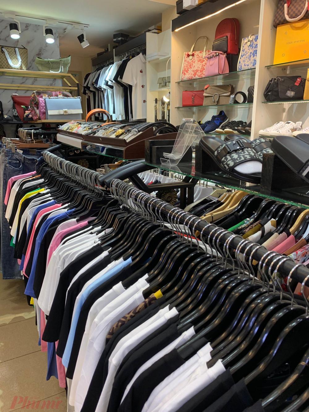 Ngoài túi xách, giày dép, mũ nón, dây nịt...,cửa hàng Dứa còn báo quần áo thời trang nam, nữ