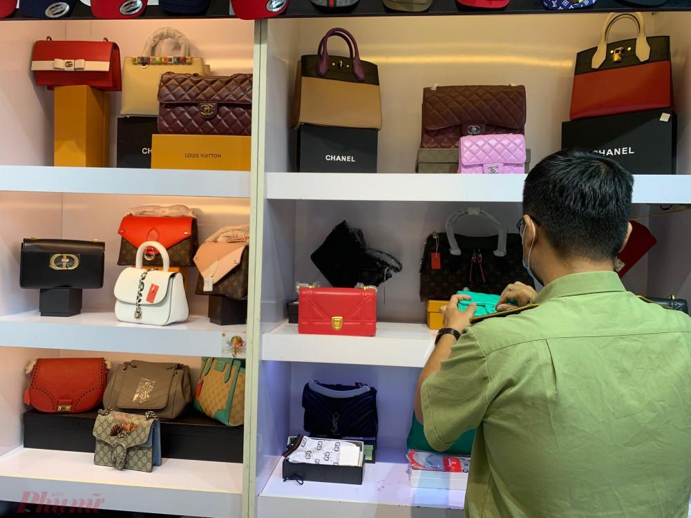 Đoàn kiểm tra tạm giữ 886 đơn vị sản phẩm vi phạm, gồm: đồng hồ, túi xách, giày, dép, bút...các nhãn hiệu Louis Vuitton; Dior; Gucci; Hermes;...