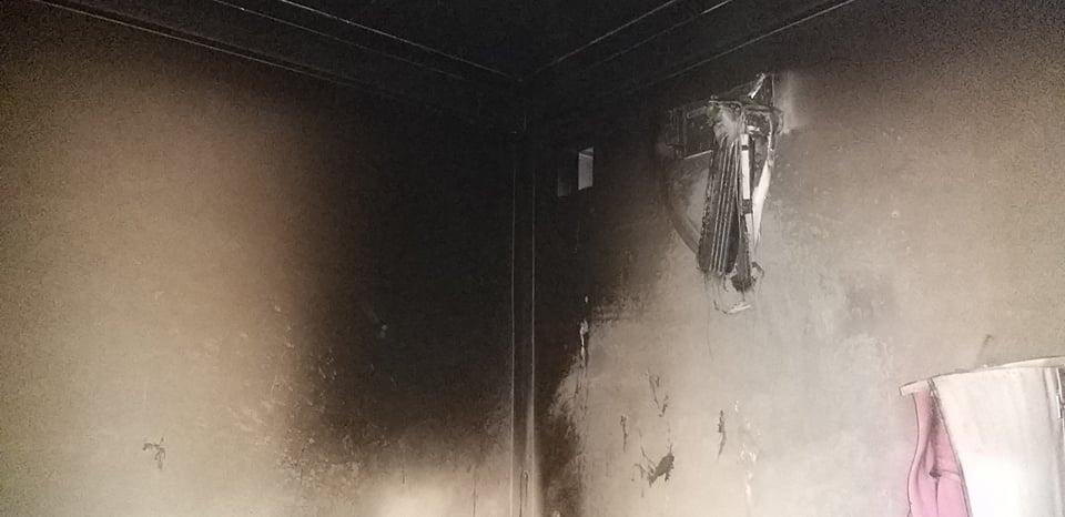 Trần phòng ngủ bị lửa thiêu cháy đen