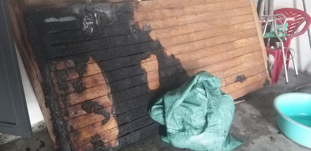 Nhiều vật dụng trong phòng ngủ bị thiêu cháy