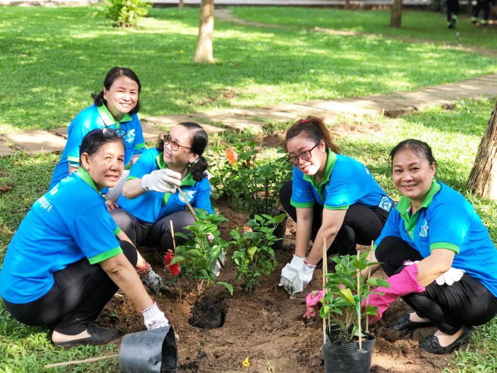 Chị Bạch Tuyết (bìa phải) cùng cán bộ hội viên trồng cây nhân sinh nhật Bác