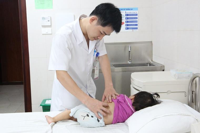 Bác sĩ Triệu Mạnh Toàn – Phó Khoa Ngoại nhi Tổng hợp kiểm tra lại vết mổ cho bệnh nhi trước khi xuất viện