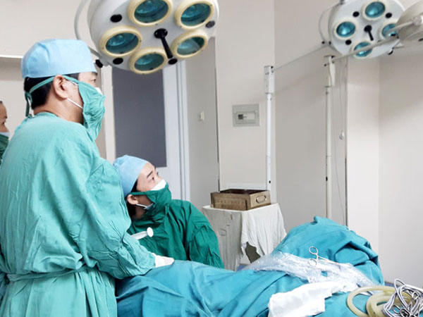 Các bác sĩ tiến hành phẫu thuật