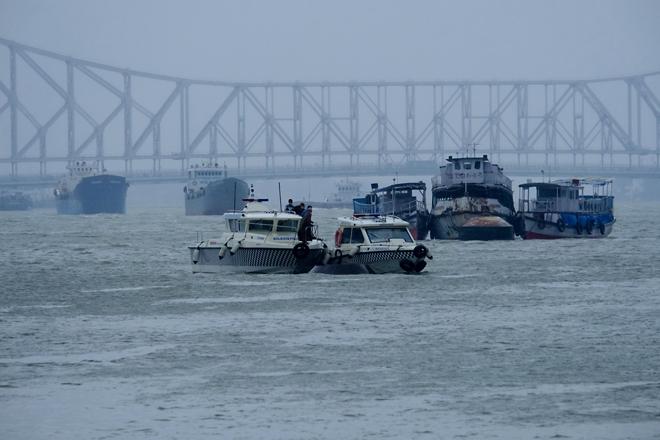 Lực lượng bảo vệ bờ biển ở Kolkata sơ tán tàu thuyền vào ngày 20/5.
