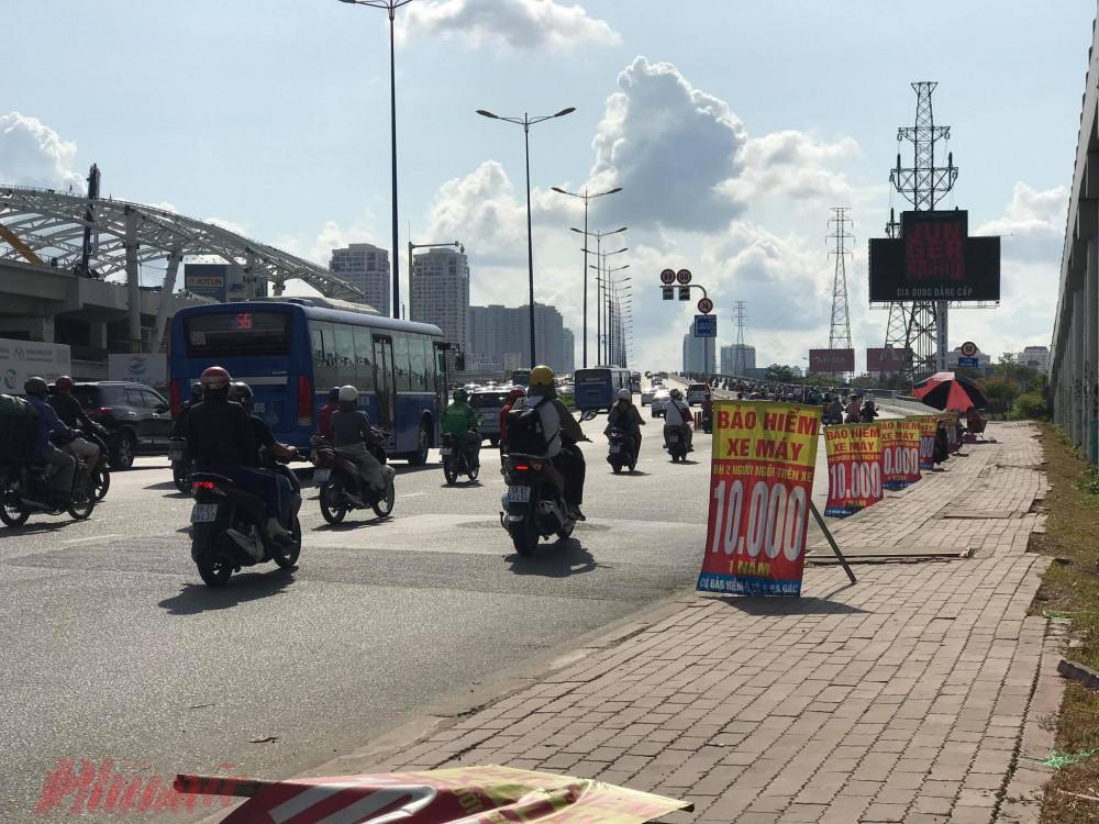 Tràn ngập các điểm bán bảo hiểm xe máy ngoài đường