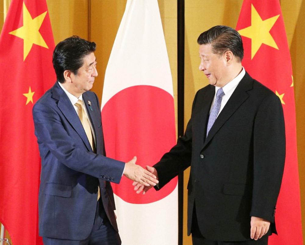 Thủ tướng Nhật Bản Shinzo Abe (trái) gặp gỡ Chủ tịch Trung Quốc Tập Cận Bình tại Osaka, tháng 6/2019