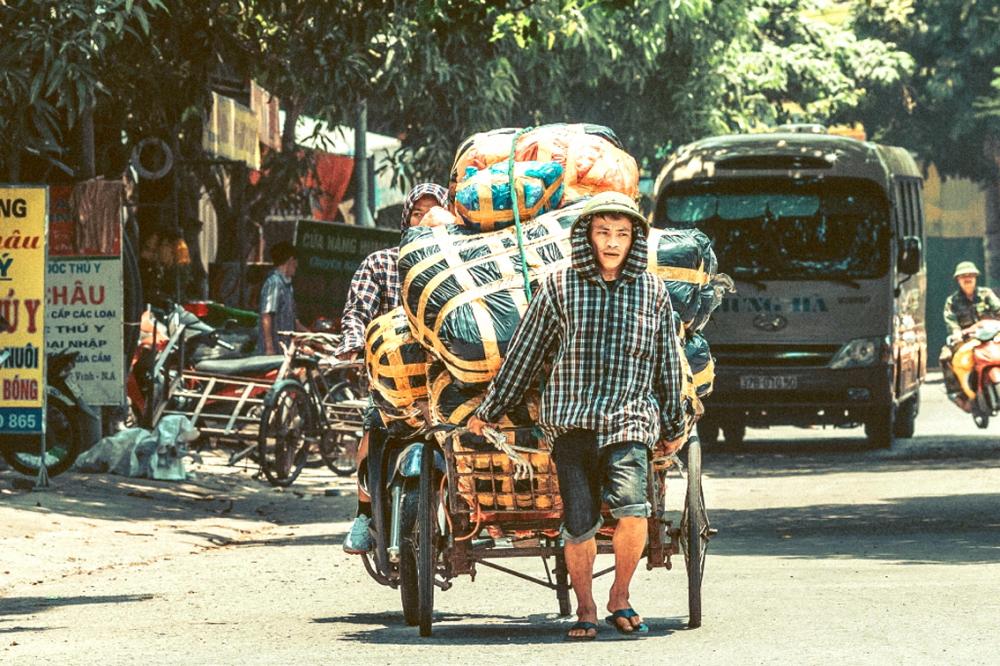 Người lao động nghèo vất vả mưu sinh giữa trưa hè nắng nóng