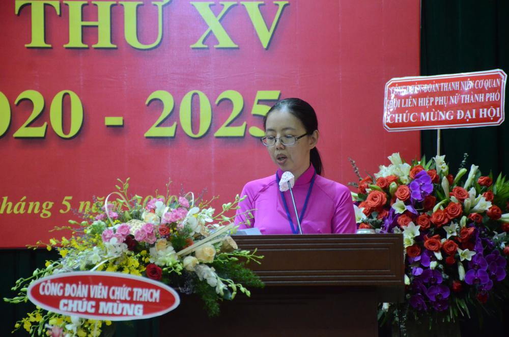 Đại biểu Cổ Tấn Mỹ Dung phát biểu tham luận về vai trò của công đoàn cơ sở Hội LHPN TP trong góp phần xây dựng người cán bộ công chức vì dân phục vụ.