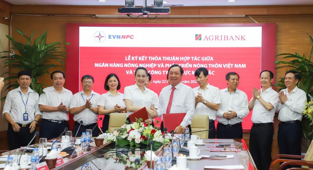 Đại diện Agribank và Tổng công ty Điện lực Miền Bắc ký kết thỏa thuận hợp tác. Ảnh: Agribank cung cấp