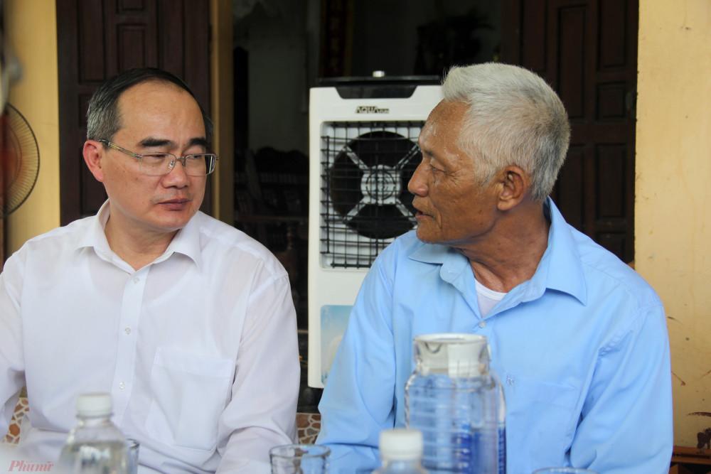 Ông Nguyễn Văn Đàn (trú tại xã Kim Liên) xúc động, gửi lời cảm