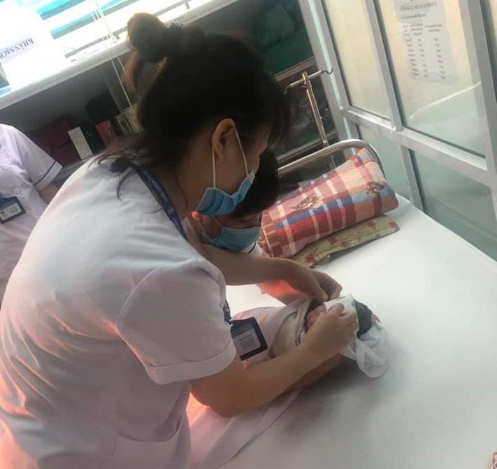 Sau khi đỡ đẻ xong, các nhân viên y tế đã đưa cháu bé vào phòng tiêm chủng của CDC Hà Nội