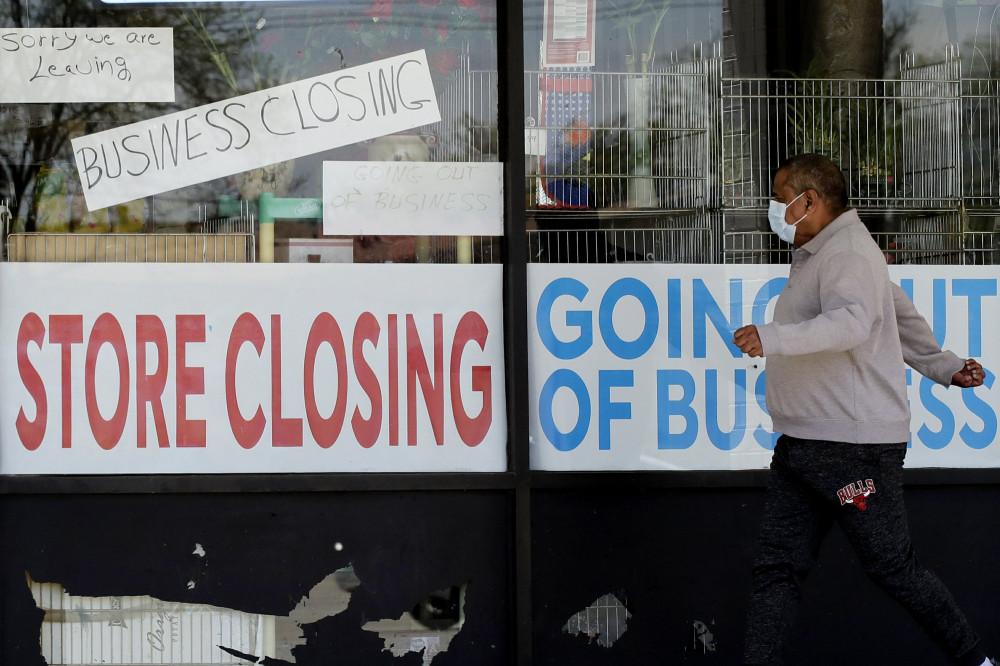 Sau hai tháng giãn cách vì đại dịch, nhiều doanh nghiệp Mỹ đóng cửa, sa thải nhân viên.