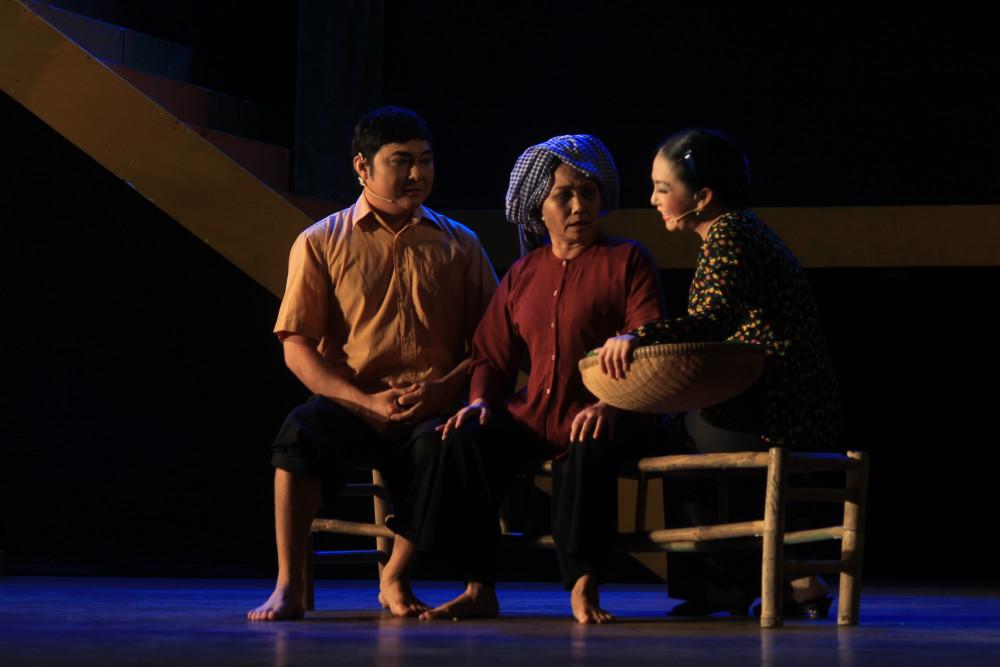 Sự lao dốc của sân khấu là câu chuyện buồn được nhắc đi nhắc lại trong những năm qua