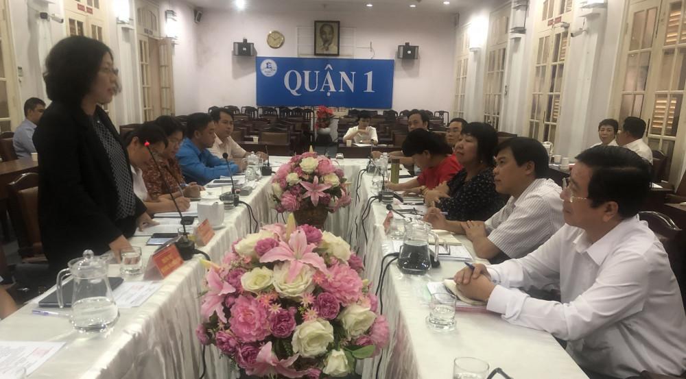 Bà Nguyễn Thị Thu Hường - Phó chủ tịch UBND Q.1, báo cáo tại buổi giám sát của HĐND TPHCM về tình tình thực hiện các chính sách bảo hiểm. Ảnh: Quốc Ngọc