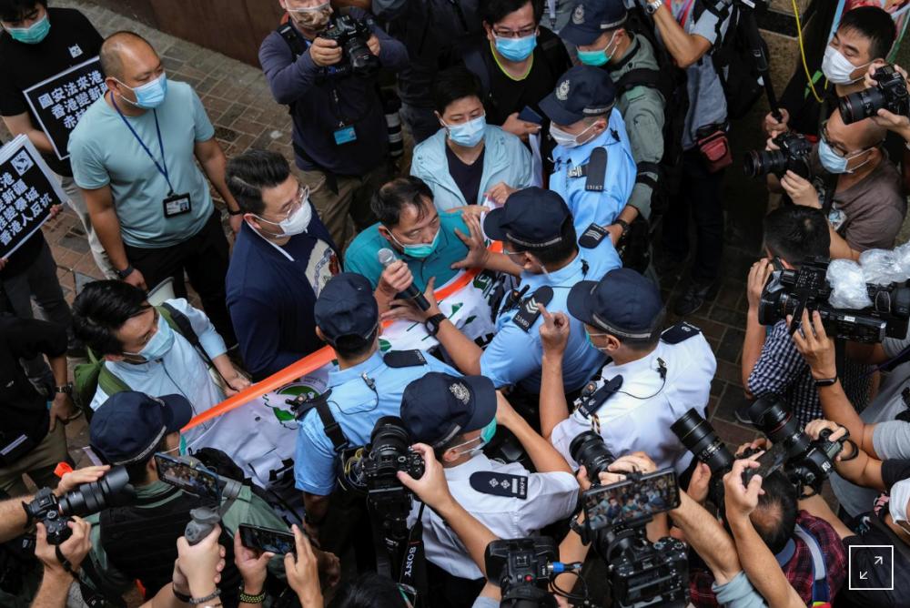 Người biểu tình xô xát với cảnh sát trong một cuộc tuần hành chống lại luật an ninh mới - Ảnh: Reuters