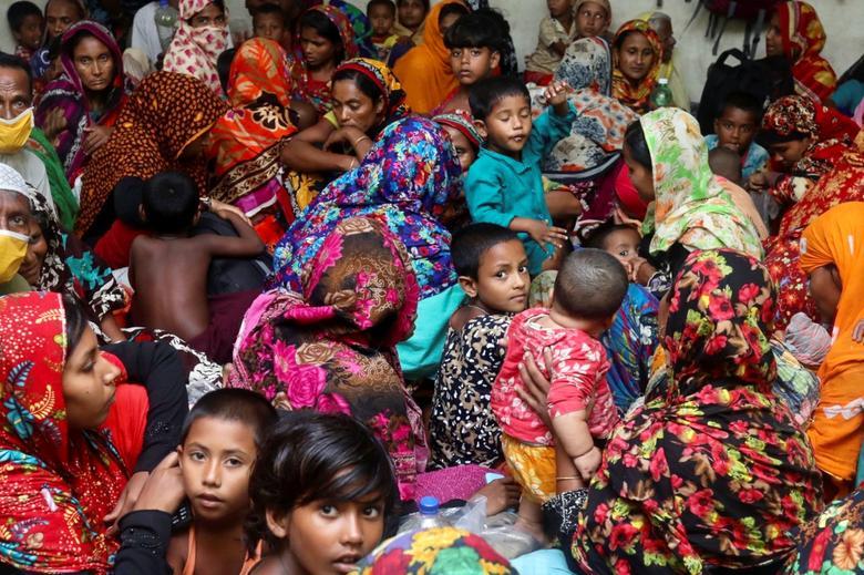 Người dân được sơ tán về nơi tránh trú an toàn do chính quyền lập ra trước khi bão Amphan đổ bộ.
