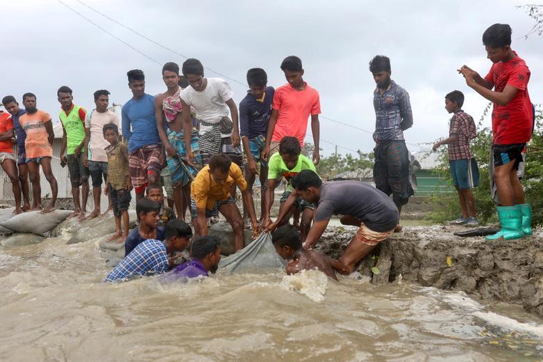 Trong khi đó, thanh niên ở huyện Satkhira được huy động để đắp đê làm kè tránh nước lũ tràn vào khi bão kéo đến.