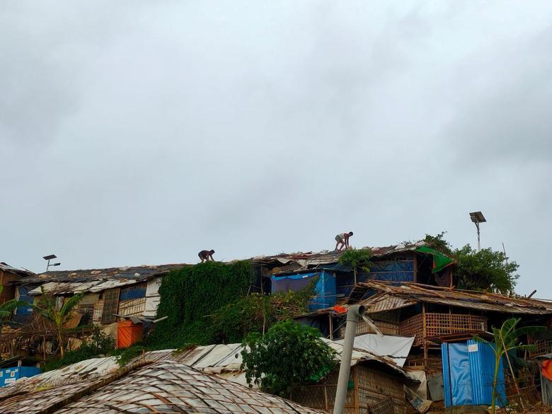 Người dân ở thị xã Cox's Bazar, Bangladesh gia cố lại mái nhà để đảm bảo an toàn khi bão, lốc xoáy quét qua.