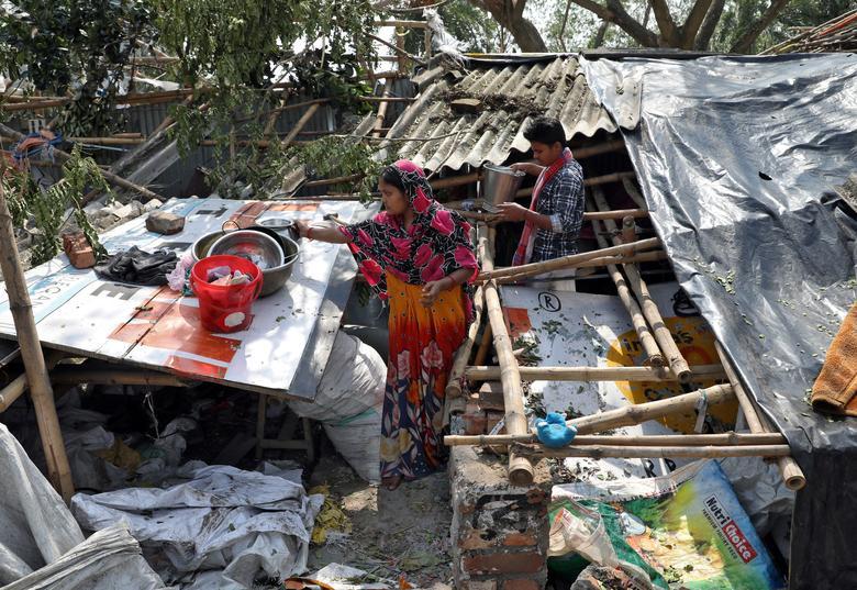 Một gia đình ở vùngTây Bengal, Ấn Độ đang lục lọi những đồ dùng còn sử dụng được trong căn nhà đổ nát sau trận lốc xoáy. Theo báo cáo vào ngày 21/5, tại miền Đông Ấn Độ có ít nhất 84 người thiệt mạng vì bão và lốc xoáy.