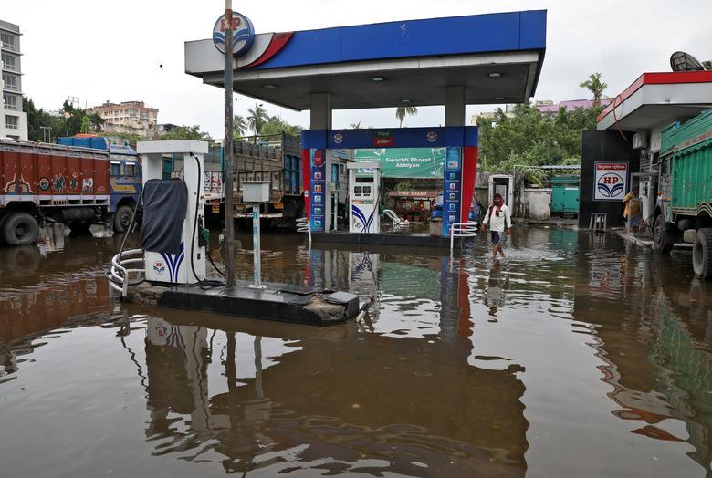 Một trạm bơm nhiên liệu ở Kolkata, Ấn Độ bị ngập do lụt sau khi cơn bão Amphan tiến vào.