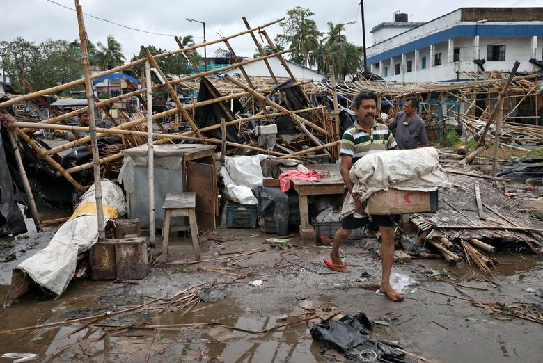 Một cửa hàng tạp hoá chỉ còn lại một đống đổ nát sau khi trận lốc xoáy kéo qua. Sau đó, người dân tranh thủ