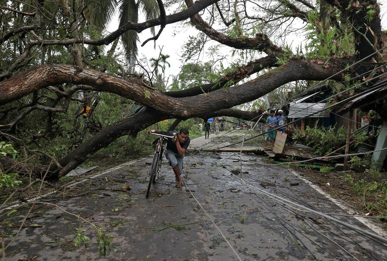 Những đường dây điện ở Tây Bengal bị chùng xuống mặt đường khi hàng loạt cây xanh đổ ngã, gây nguy hiểm cho người đi đường.