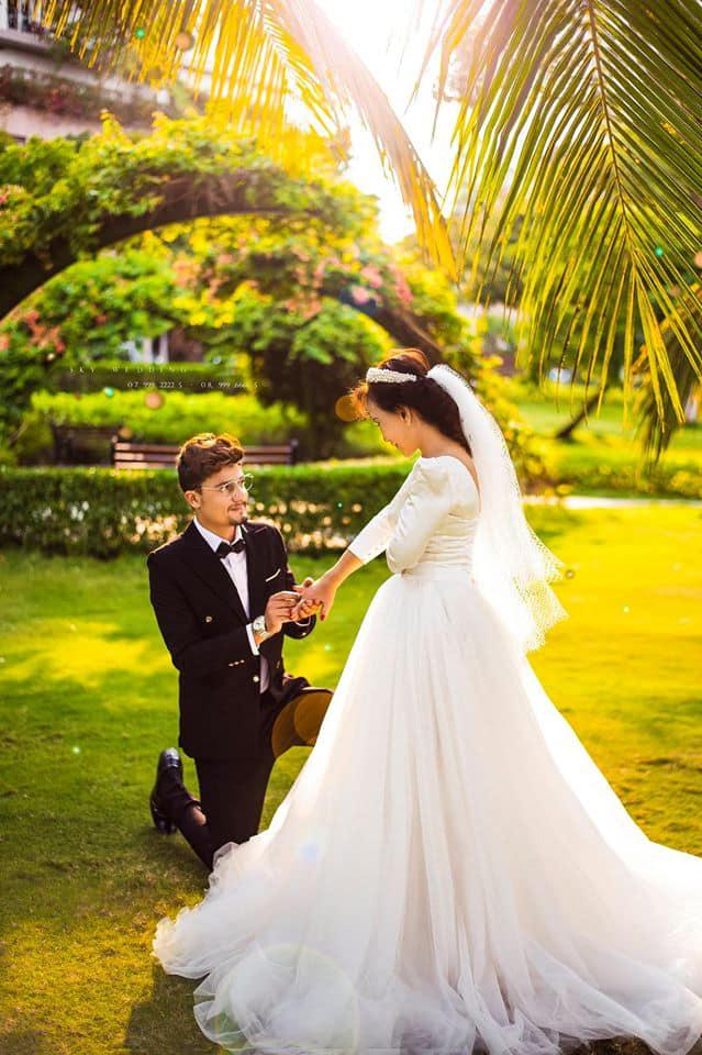 So với tuổi 65, bà Hoa có vóc dáng trẻ trung, gọn gàng, nên rất đẹp trong bộ áo cưới