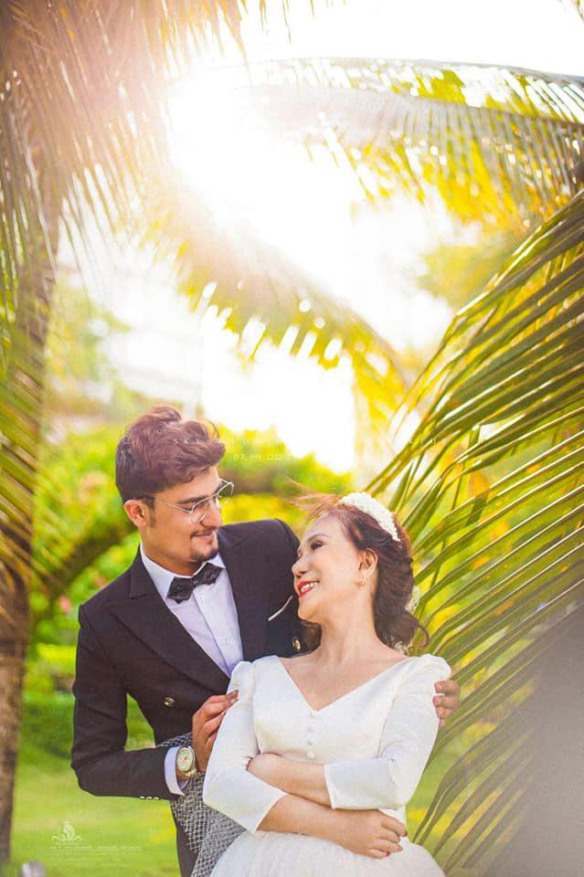 """Những tấm ảnh đẹp lung linh cùng nụ cười viên mãn như một minh chứng cho tình yêu của cặp đôi một lần nữa nhận được nhiều ý kiến trái chiều. Nhiều người lên án, phản bác tình yêu """"lệch chuẩn"""" này, cho rằng bà Hoa không nên """"cưa sừng làm nghé"""" để xứng đôi với chồng trẻ."""