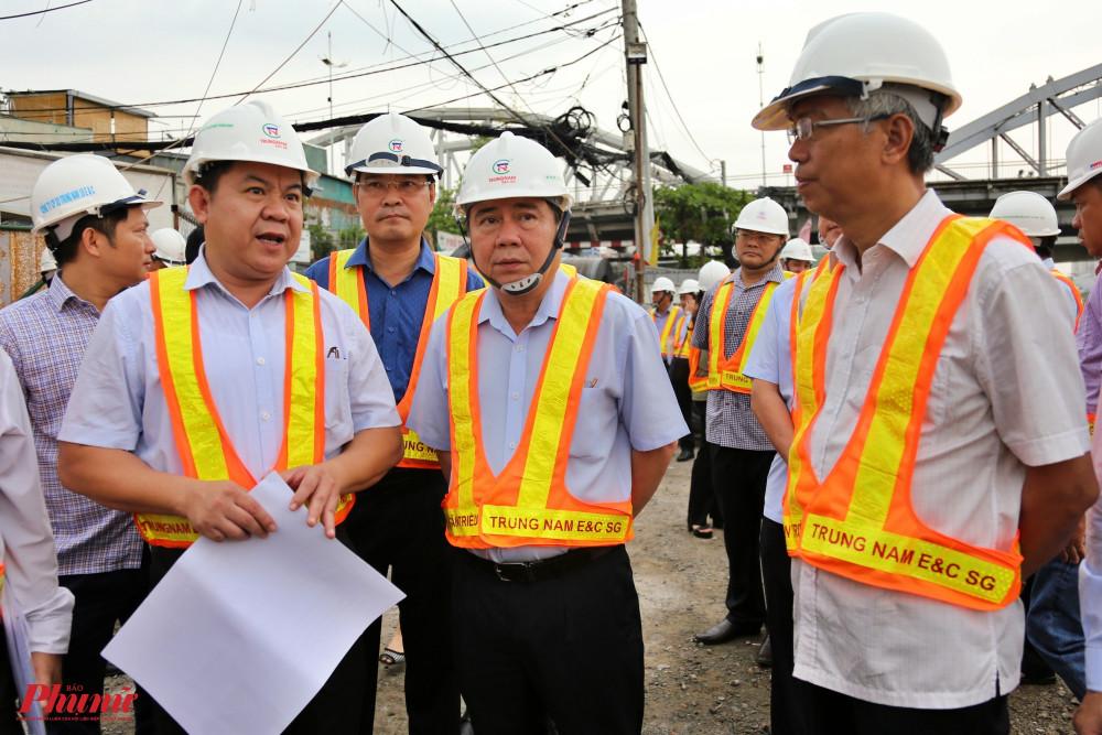 Chủ tịch UBND TPHCM Nguyễn Thành Phong (thứ 2 từ phải qua) và Phó chủ tịch UBND TPHCM Võ Văn Hoan (bìa phải) nghe chủ đầu tư trình bày về tiến độ dự án chống ngập