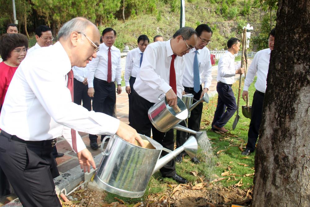 Bí thư Nguyễn Thiện Nhân trồng cây lưu niệm tại Đền thờ gia tiên Chủ tịch Hồ Chí Minh