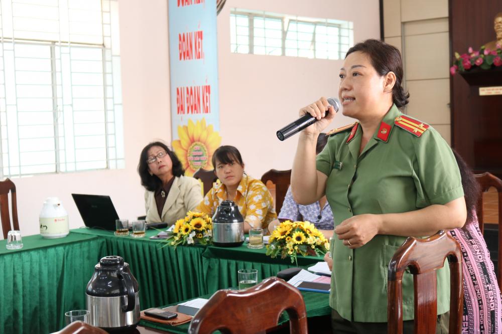 Trung tá Võ Thị Vân Anh - cán bộ Đội xây dựng phong trào toàn dân bảo vệ an ninh Tổ quốc, Công an quận Thủ Đức - chỉ ra một số vấn đề về sức khỏe tinh thần, thể chất nếu trẻ nghiện smartphone.
