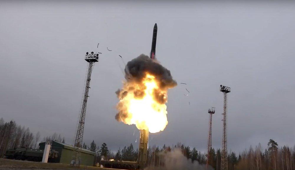 Nga thử tên lửa đạn đạo liên hành tinh từ một bệ phóng di động - Ảnh: AP/Bộ QP Nga