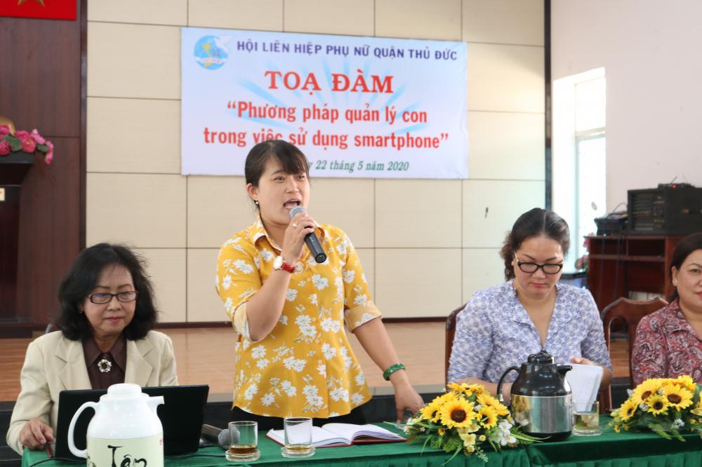 Bà Đỗ Thị Yến - Chủ tịch Hội LHPN quận Thủ Đức - nêu thực trang trẻ 4 - 5 tuổi đã dùng smartphone khá thành thạo.