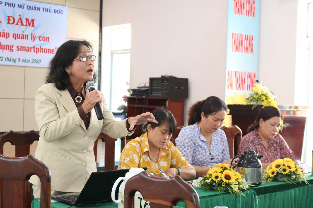 Báo cáo viên Lê Thị Thanh Nhã nhấn ạnh để trẻ thoát khỏi sự lệ thuộc vào smartphone là cuộc chiến cam go mà ở đó phụ huynh phải là người làm gương, người đồng hành tin cậy trợ giúp con.