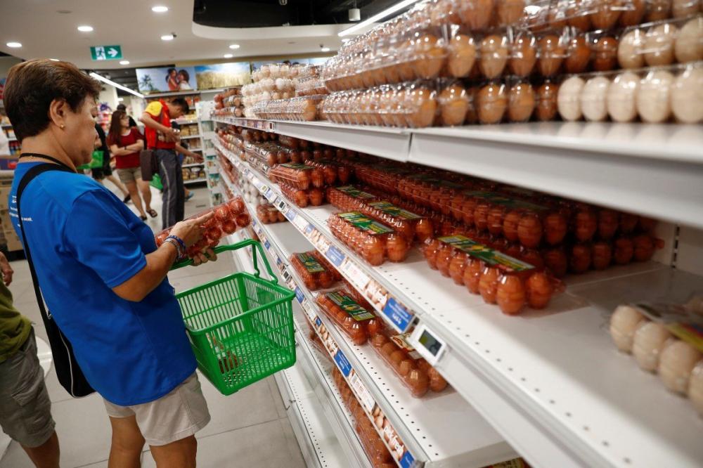 Người dân mua trứng tại một siêu thị ở Singapore - Ảnh: Reuters