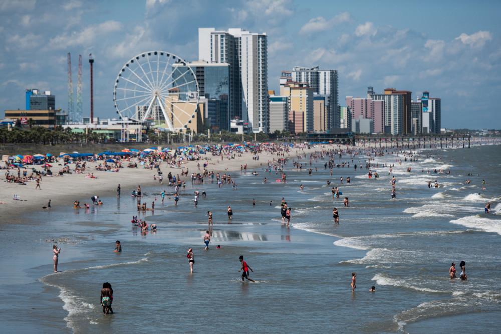 Người Mỹ đổ xô đến các bãi biển vào cuối tuần qua.