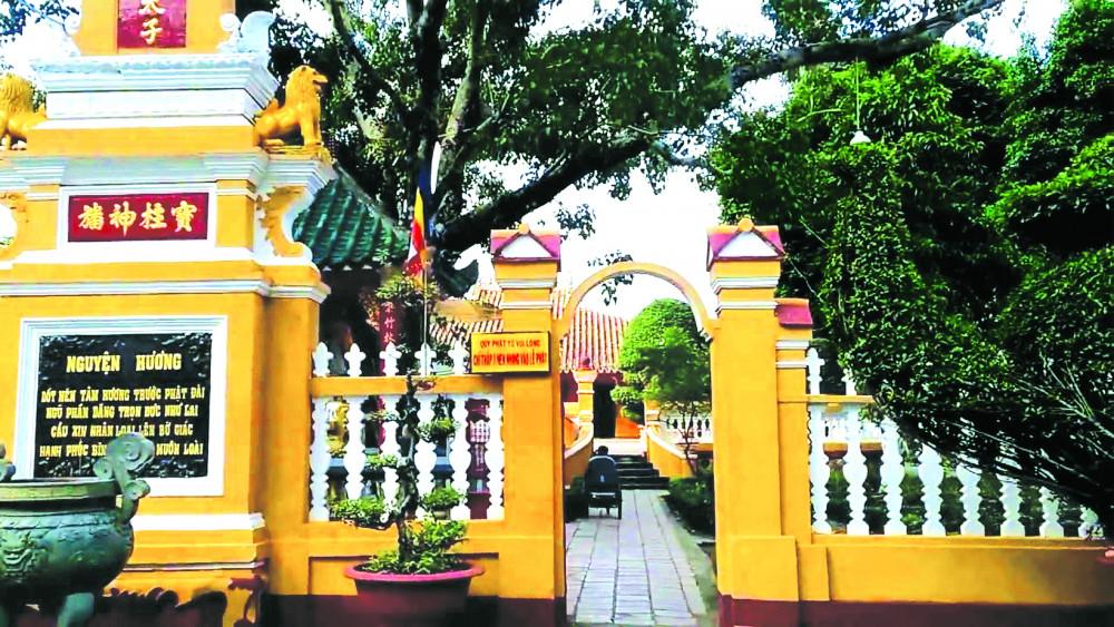 Chùa Giác Lâm (gần 300 tuổi, tọa lạc tại 565 Lạc Long Quân, P.10, Q.Tân Bình) là một trong những ngôi chùa cổ nhất của Thành phố Hồ Chí Minh, được Bộ Văn hóa và Thông tin công nhận là di tích lịch sử - văn hóa quốc gia của Việt Nam tháng 11 năm 1988, nhưng không nhiều người biết để tham quan
