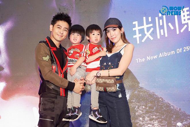 Lâm Chí Dĩnh và vợ ẵm theo cặp song sinh trong một sự kiện