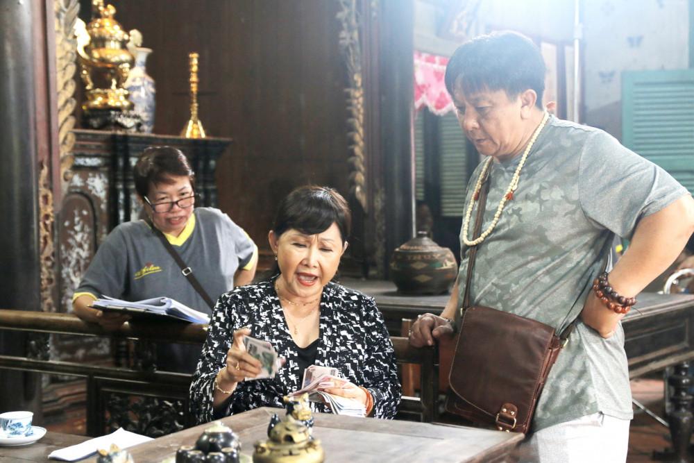 Đạo diễn Trương Dũng (phải) trên trường quay phim  Mẹ ghẻ ở Vĩnh Long