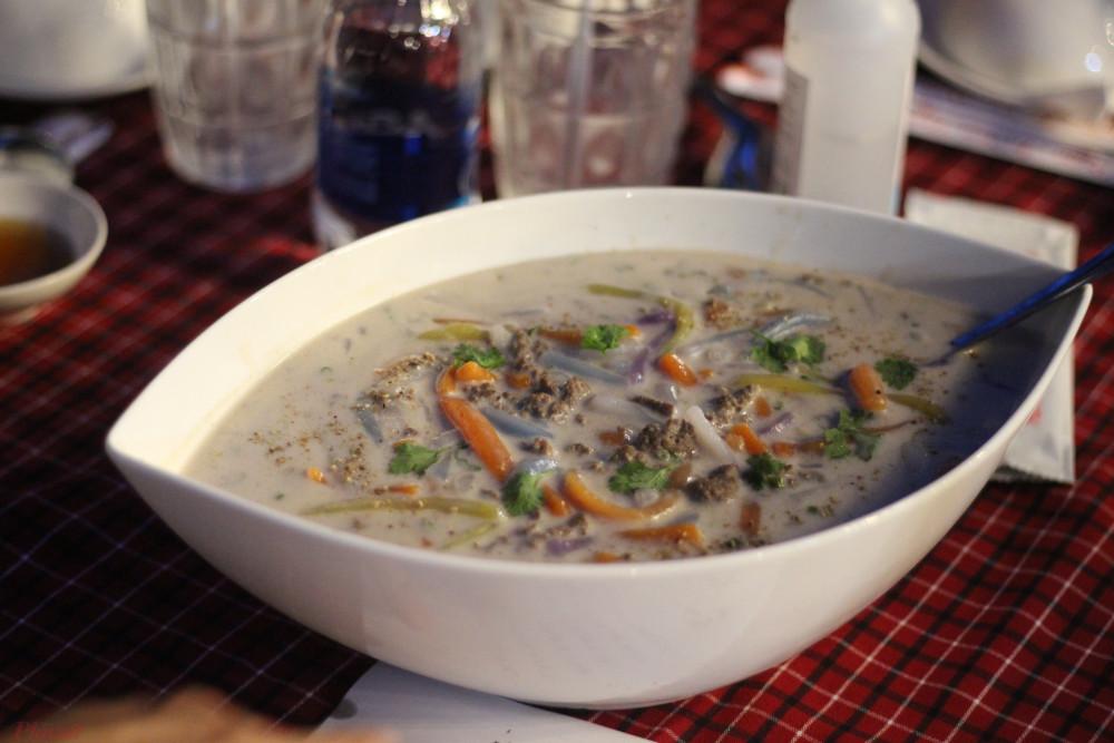 Được nấu với nước cốt dừa nên bánh canh gà nước khiến người ta liên tưởng đến món chè hơn là món ăn mặn.
