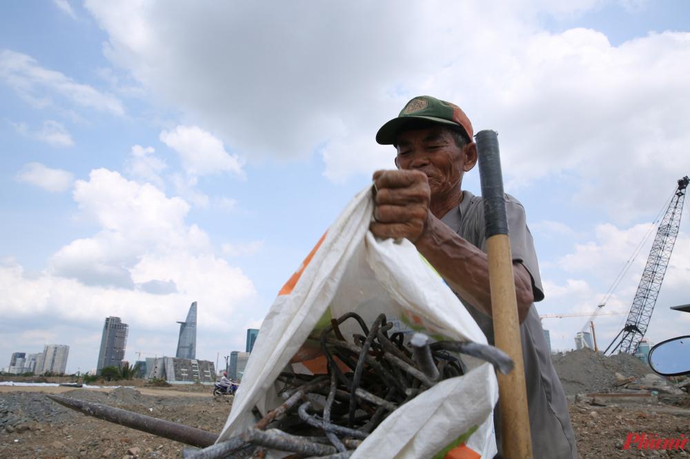 Một ngày làm việc vất vả kết thúc. Sắt phế liệu lấy ra từ những khối bê tông được công Lính xếp gọn vô bao, sau đó chở đến các vựa thu mua ve chai để bán kiếm tiền.